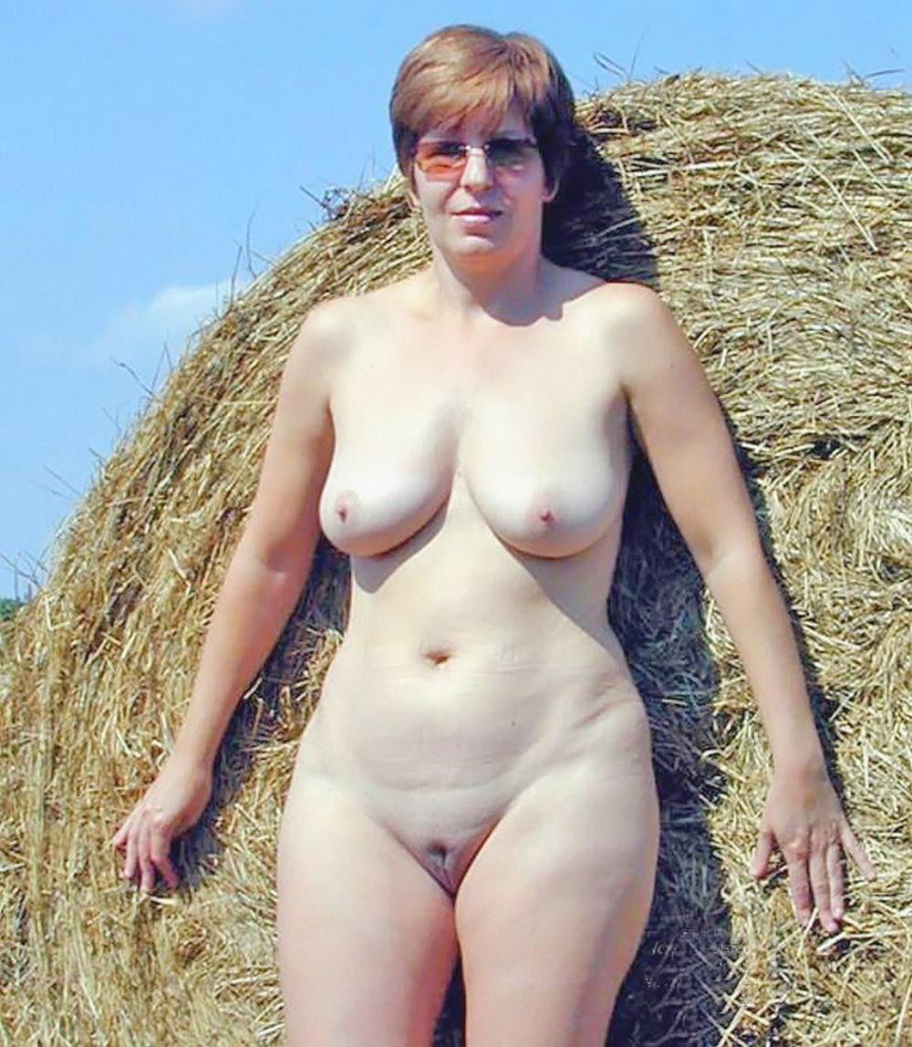 Голые тетки с сиськами стоит возле стога сена, писька бритая