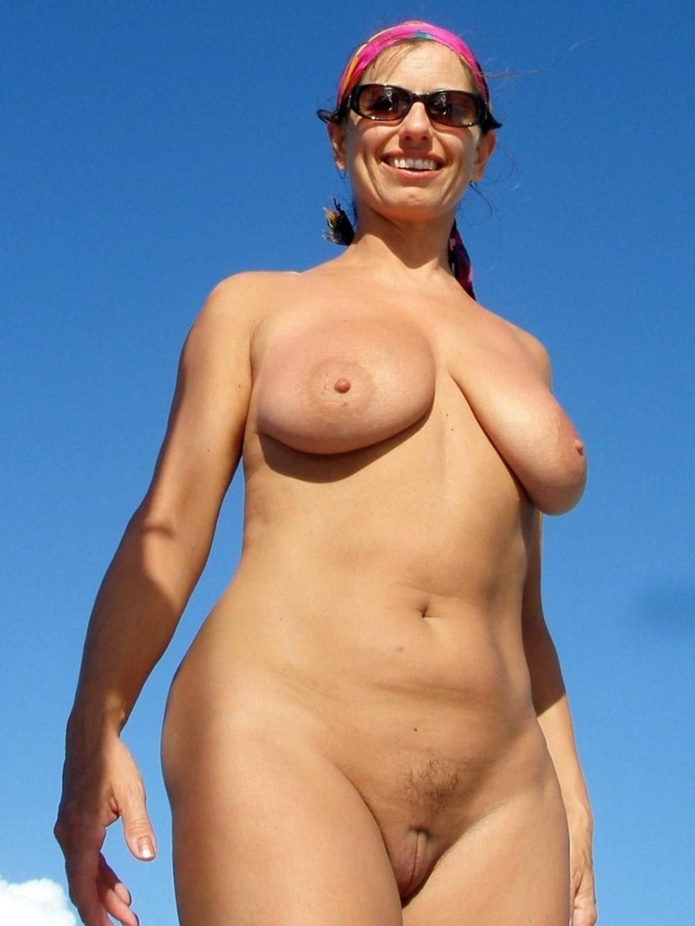 Голые зрелые тетки стоит улыбается в солнечных очках, писька бритая