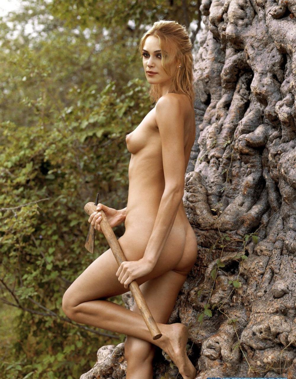 Кира Найтли обнаженная стоит у дерева, маленькая грудь, левая нога согнута в колене