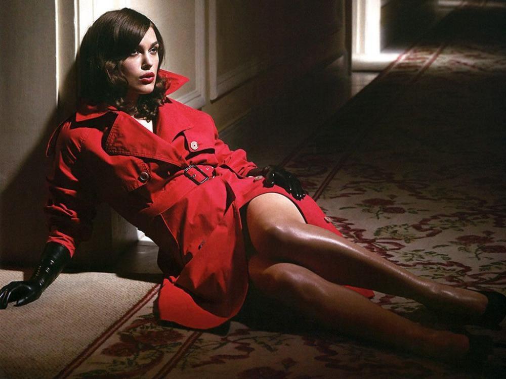 Кира Найтли горячие фото полуседит на полу в красном плаще одетом на голое тело, черные лайковые перчатки