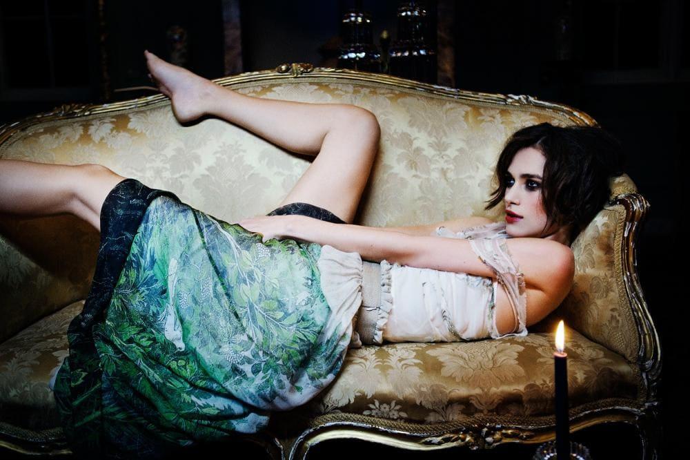 Кира Найтли горячие фото лежит на диване, ноги раздвинула, прикрылась покрывало, макияж яркий