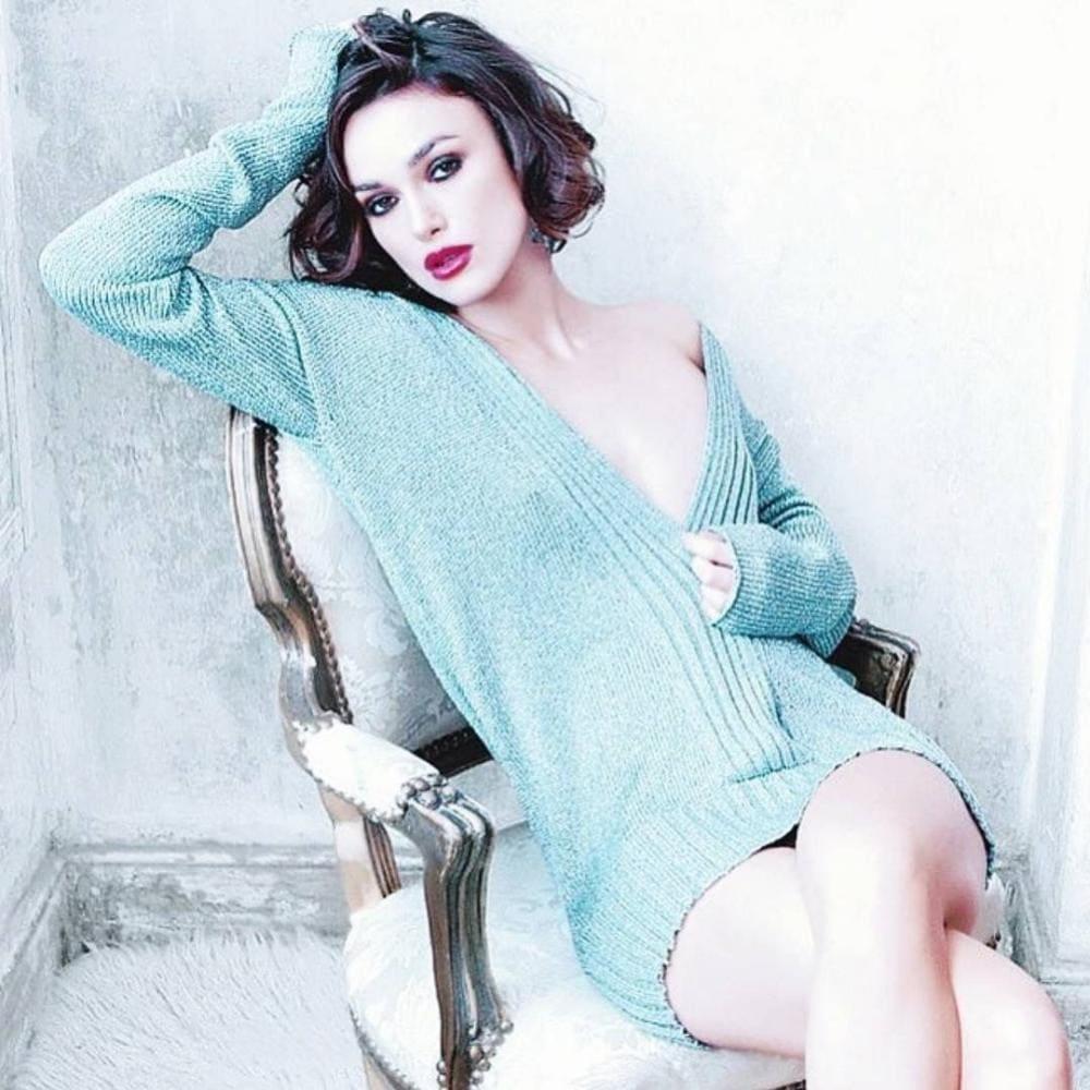 Кира Найтли горячие фото сидит в кресле в голубой длинной кофте одетой на голое тело макияж