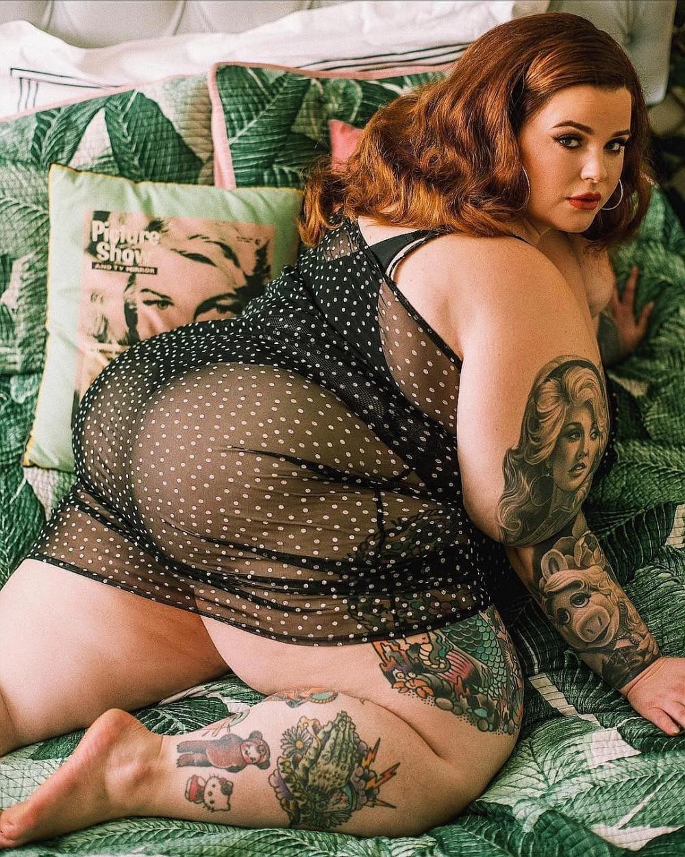 Тесс Холидей горячие фото полуобнаженная прикрыта прозрачным черным в горошек пеньюаре, стоит на коленях в постеле