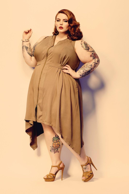 Тесс Холидей фото в коричневом модельном платье и коричневых босоножках на высоком каблуке
