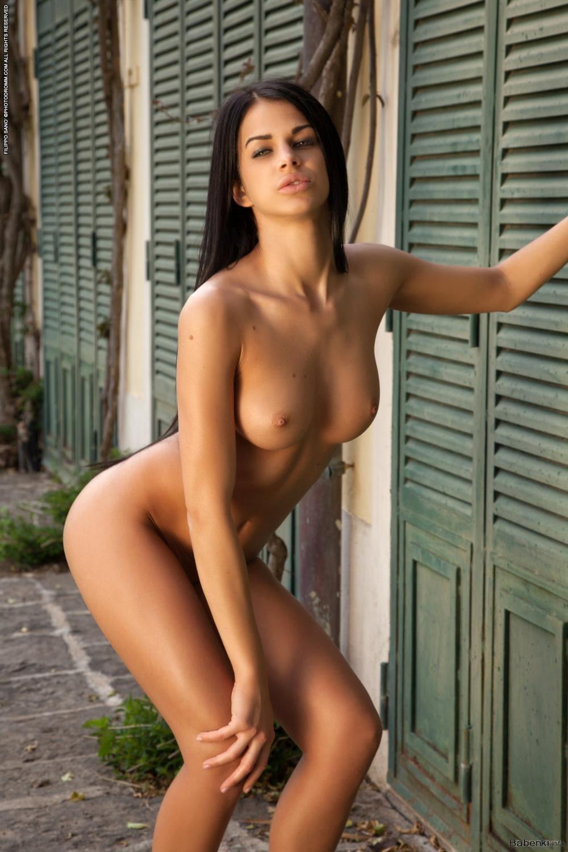 Голые груди брюнеток стоит немного согнув колени