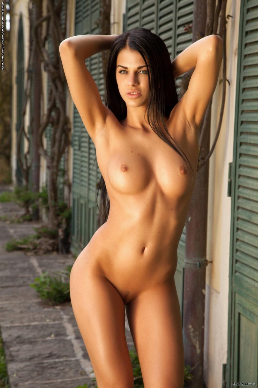 Голые груди брюнеток стоит подняв руки на голову