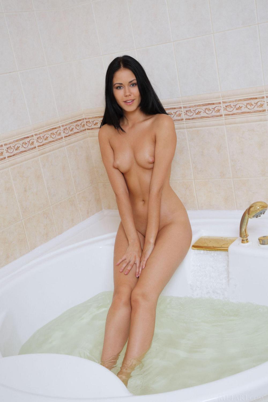 Красивые голые брюнетки молодая стоит в белоснежной ванной, маленькие аккуратные сиськи торчат