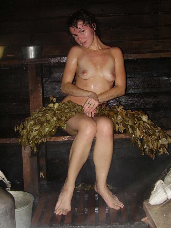 голые деревенские бабы в бане сидит на скамейке слегка прикрылась веником мокрая и довольная