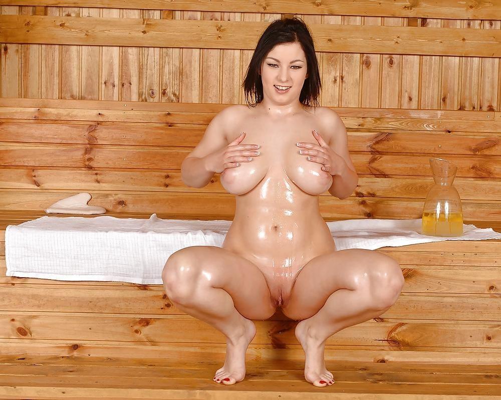 голые бабы в бане сидит на корточках раздвинув ноги, растирает по телу масло