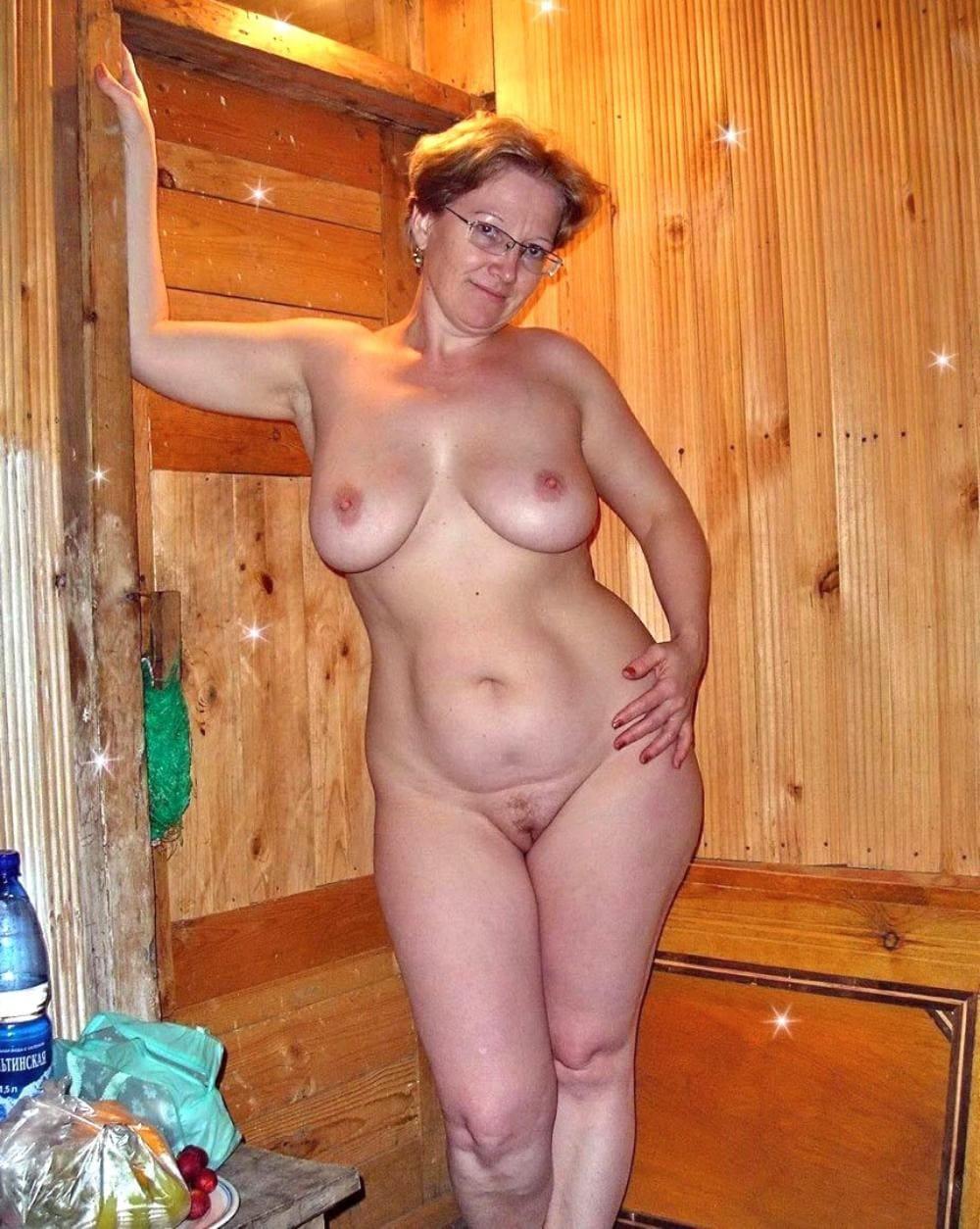 голые зрелые бабы в бане стоит в очках, большие сиськи, интимная стрижка, красивая фигура
