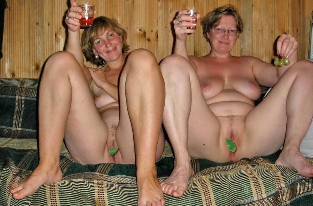 голые зрелые бабы в бане сидят обе широко раздвинули ноги и согнули их в коленях, на пизде по листику от веника, в руках стаканчики с красным вином