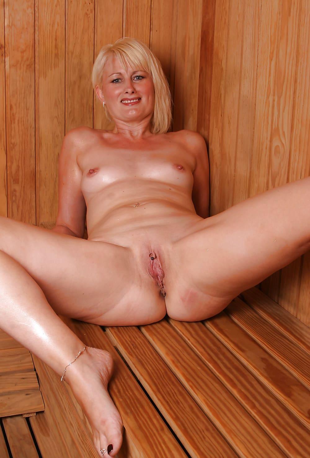 голые бабы в бане порно блондинка лежит на деревянной скамейке, широко раздвинула ножки показывая свою пизду, на клиторе пирсинг, маленькие сиськи, педикюр темный лак, на пальчике кольцо и браслет на стопе