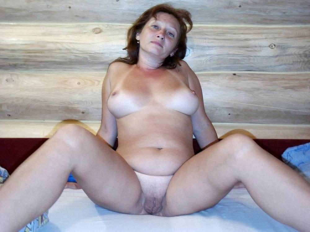 голые зрелые бабы в бане сидит широко раздвинула ноги, грудь небольшая но красивая, писька волосатая