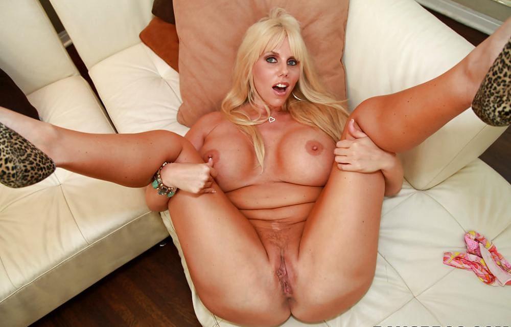 Карен Фишер фото лежит на диване голая подняла и широко раздвинула ноги открыв сои похотливые дырочки, от возбуждения и рот открыт