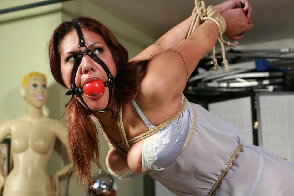бдсм зрелые рабыни бондаж руки вытянуты и связаны за спиной, на лице кожаный намордник с кляпом