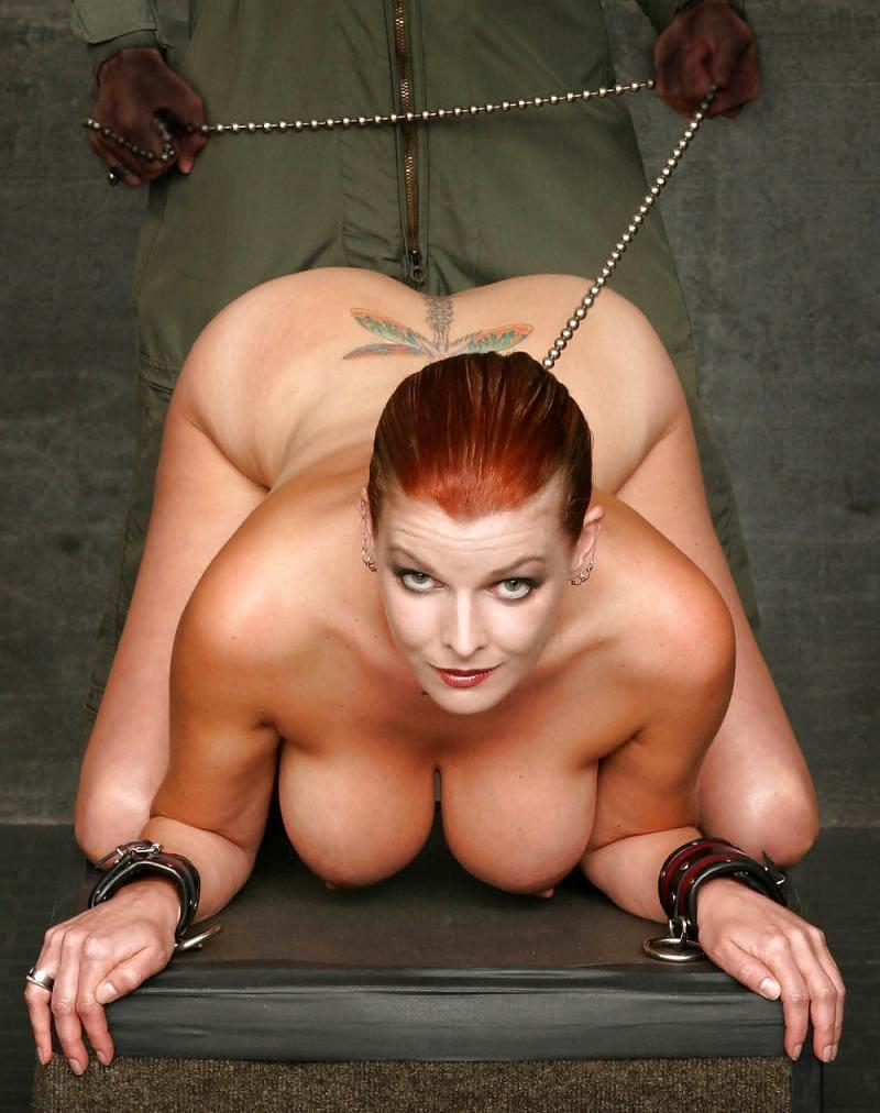 зрелые женщины бдсм красивая рыжая голая стоит раком на шее ошейник на цепи на руках кожаные широкие браслеты