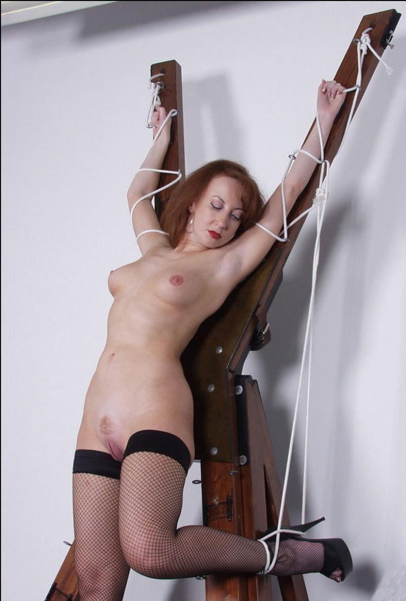 бдсм зрелые рабыня фото распятая на дыбе голая в черных чулках в крупную сетку, левая нога связана и согнута, высокий каблук