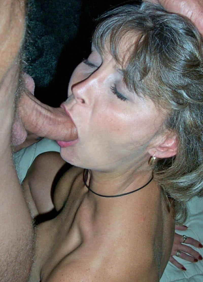 порно зрелые минет стоит на коленях голая и сосет член закрыв глазки, на шее виден черный шнур, в ухе маленькая серьга в виде кольца.