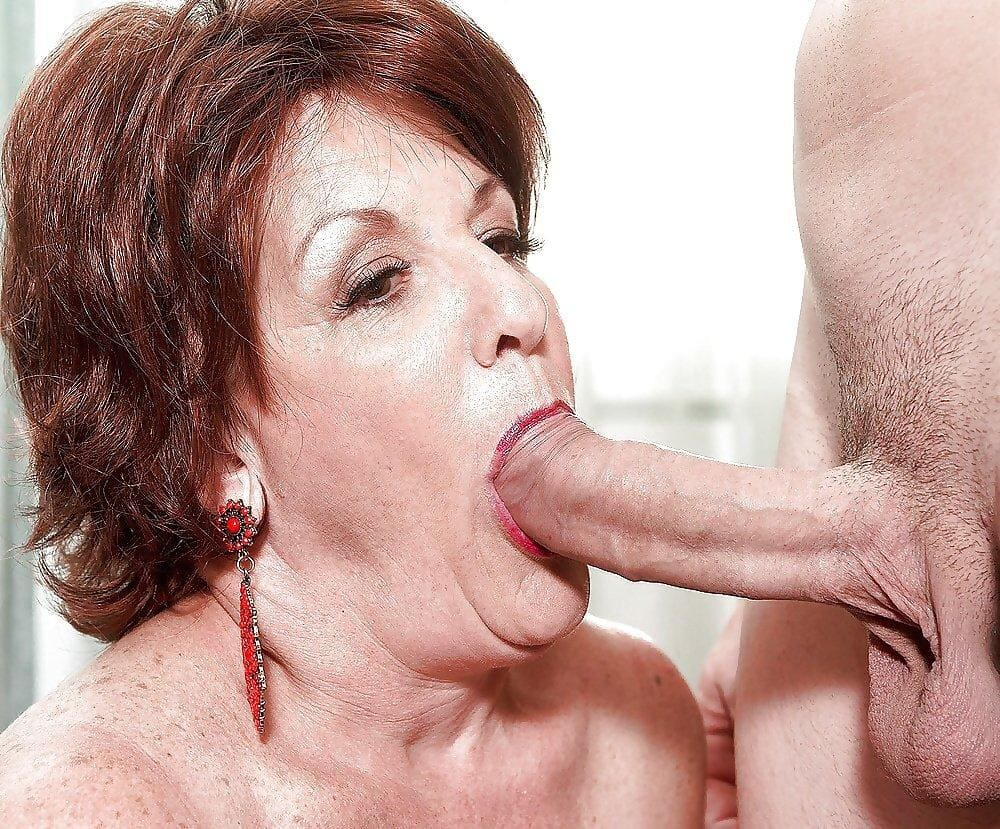зрелая женщина 50+ делает минет большой член в маленький рот, глаза открыты, в ушах блинные серьги с рубиновыми камнями и вставками.