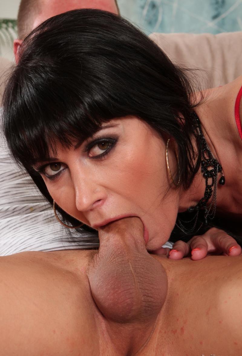 порно зрелые глубокий минет от красивой брюнетки, заглатывает хуй по самые гланды, газа открыты смотрит в камеру, в ушах серьги в виде колец, стрижка короткая.