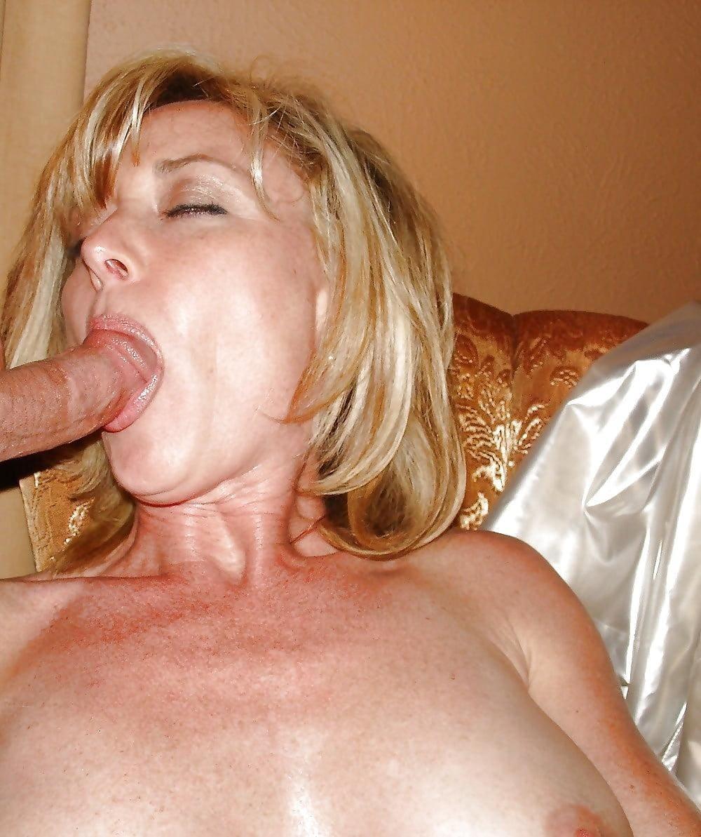 порно минет зрелых женщин блондинка лежит на подушке и сосет хуй прикрыв глазки от удовольствия