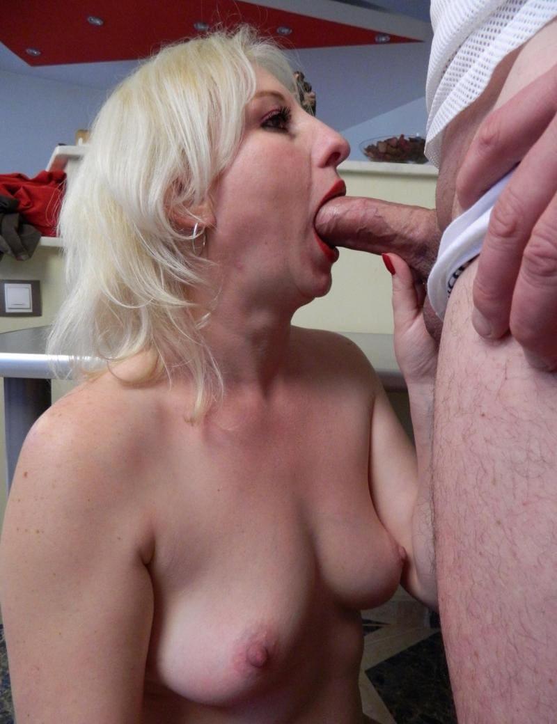 порно зрелые минет голая блондинка сосет член широко открыв рот стоя на коленях, красивые сиськи торчат, глаза открыты