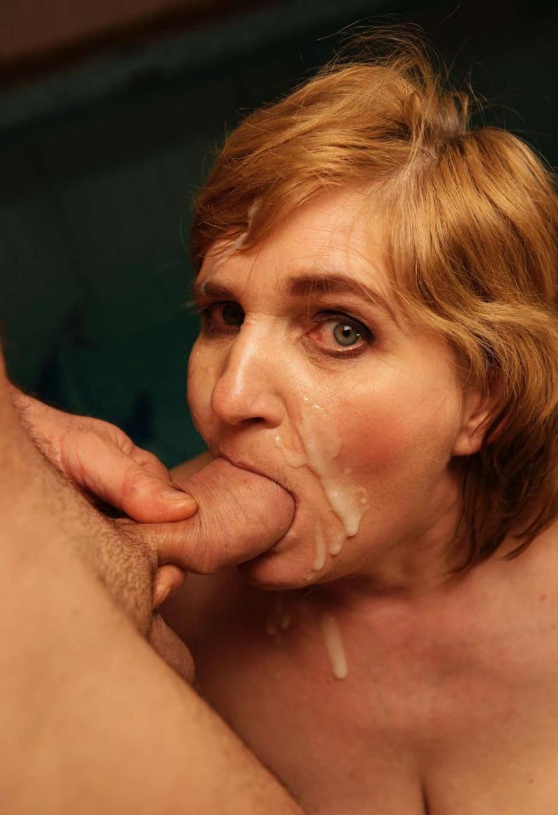 зрелые минет сперма стекает по лицу хуй во рту, партнер выдавливает остатки спермы рукой, глаза отрыты.