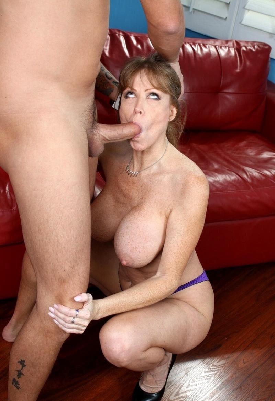 порно зрелые минет красивой женщины с большими сиськами сидит голая на корточках держится за колени партнера, сосет член