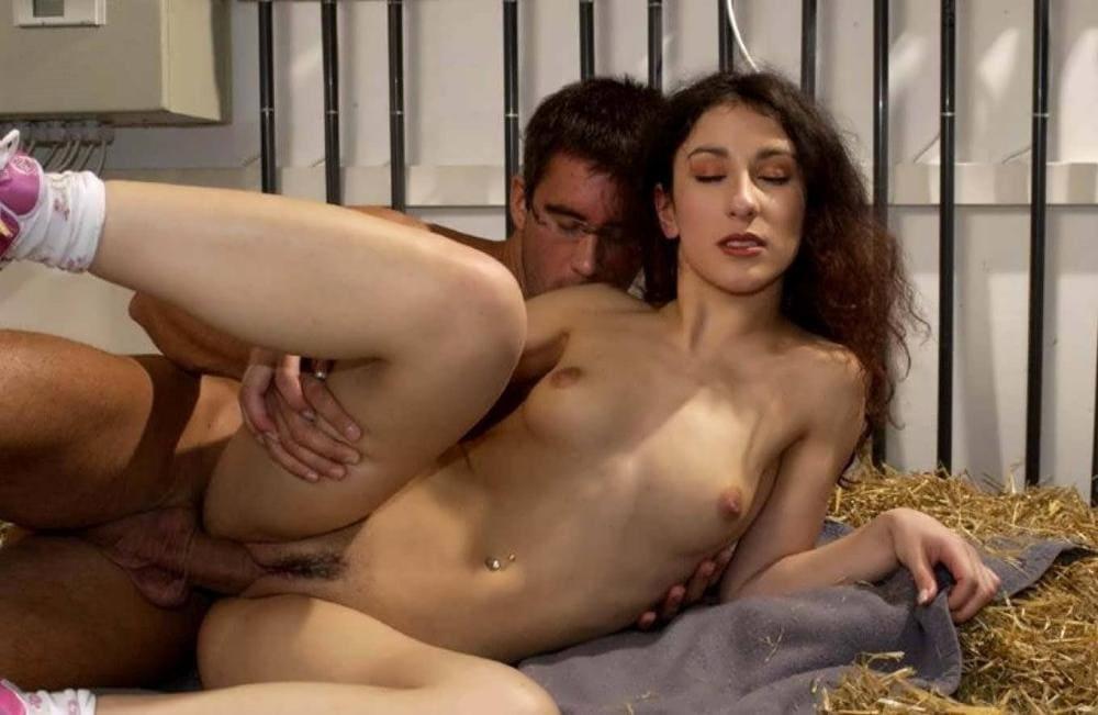 Сибель Кекилли секс сзади на соломе на лице блаженство