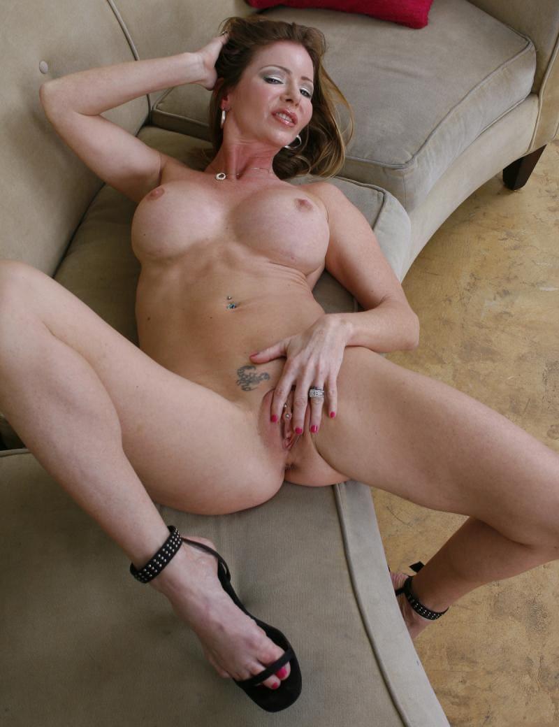 зрелые дамы мастурбируют голая шатенка на диване на спине лежит с раздвинутыми ногами гладит свою дырочку, большие сиськи, на паху тату в виде скорпиона, босоножки на каблуке