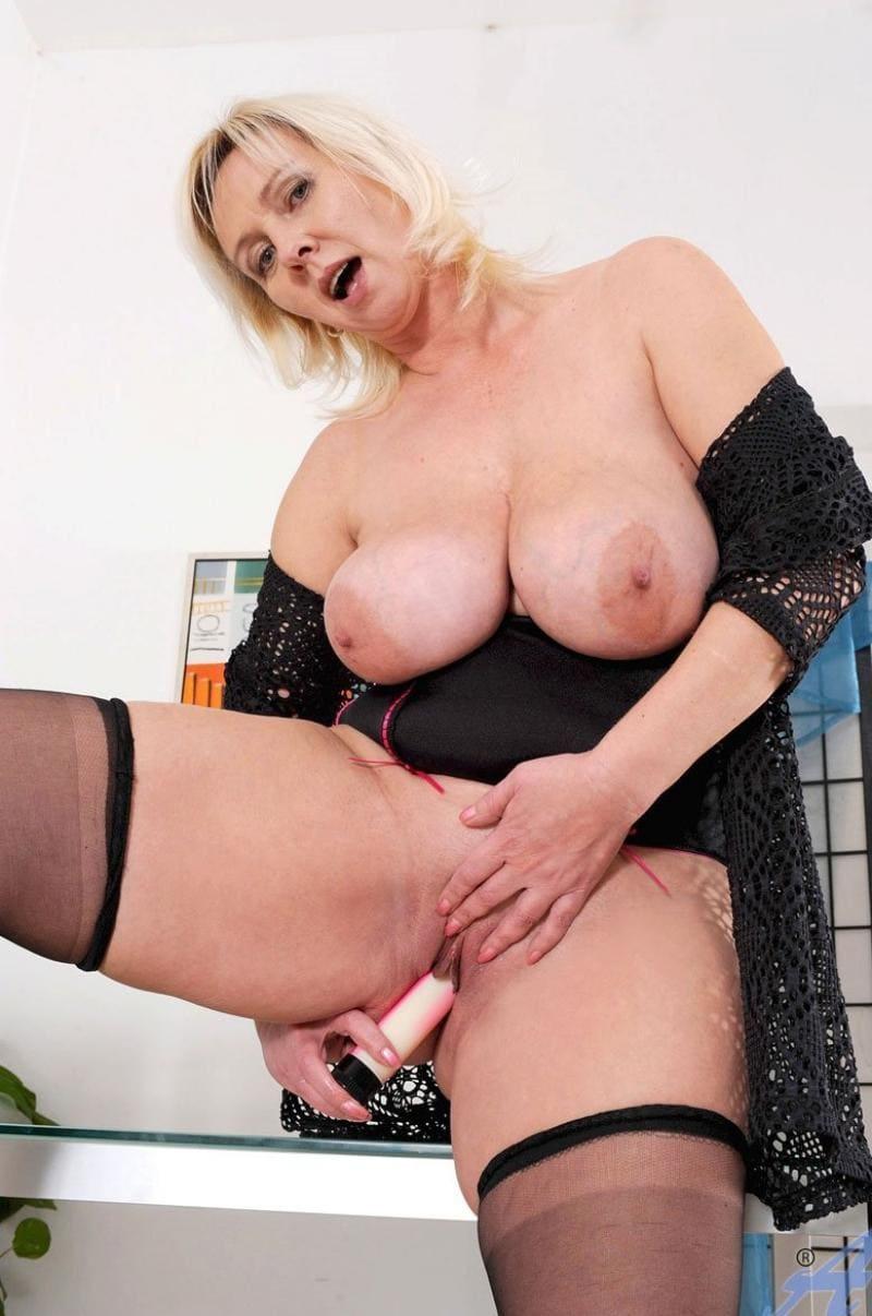 зрелая мамка мастурбирует блондинка с большими сиськами стоит вибратором трахает пизду, в черных чулках, пеньюар распахнут, рот приоткрыт