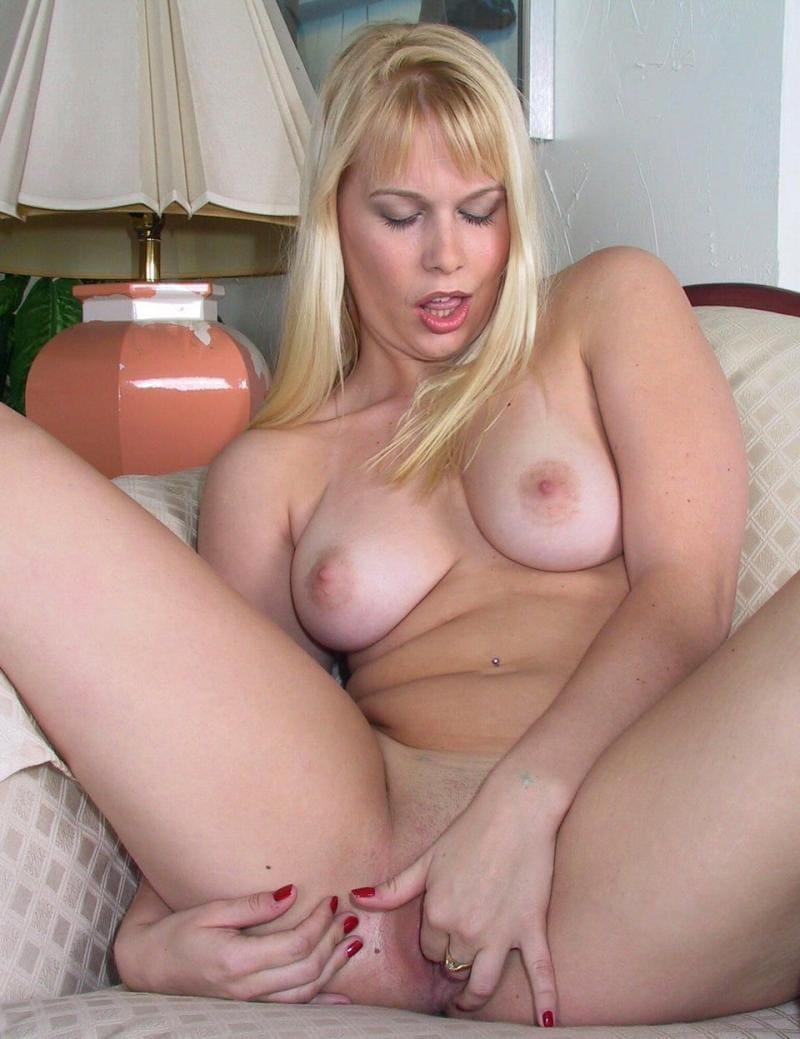 голые зрелые мастурбируют блондинка трахает свою письку двумя пальцами раздвинув и согнув ноги в коленях