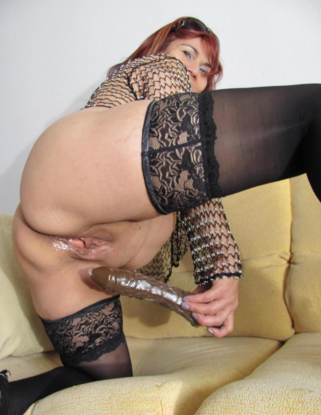 порно зрелые рыжие раскорячилась на диване в чулках и трахает себя фаллоимитатором, пизда вся блестит от смазки
