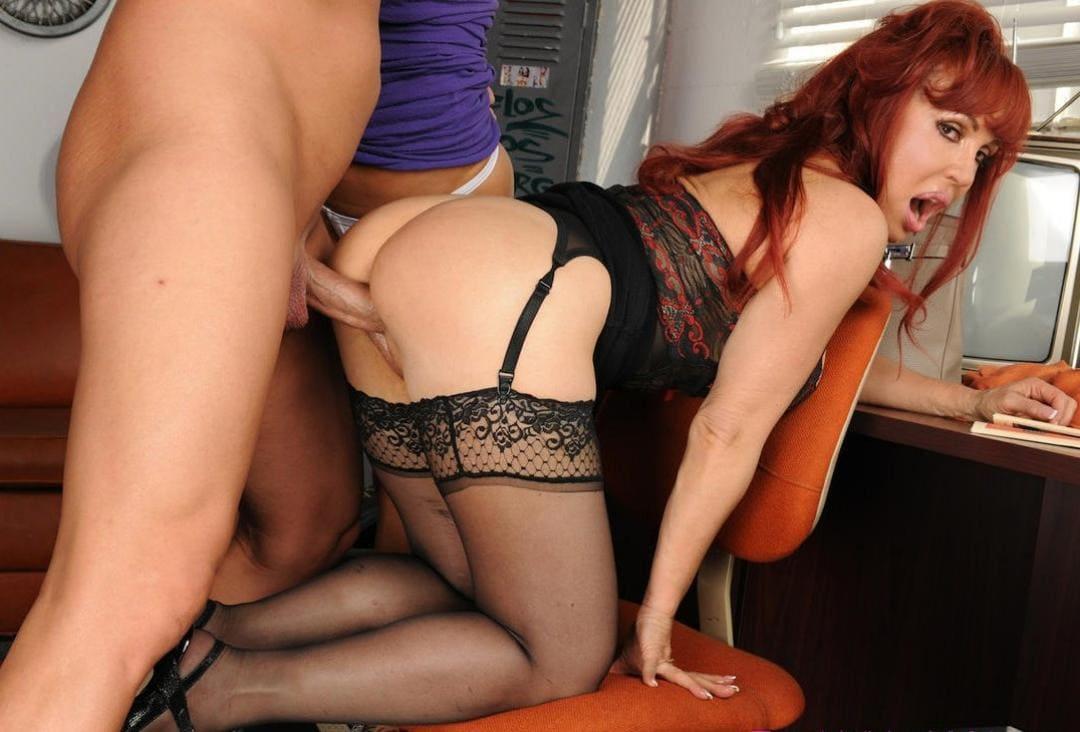 порно зрелые рыжие с длинным волосом стоит на офисном стуле раком принимает член сзади в нижнем белье, чулки на поясе, рот открыла от удовольствия