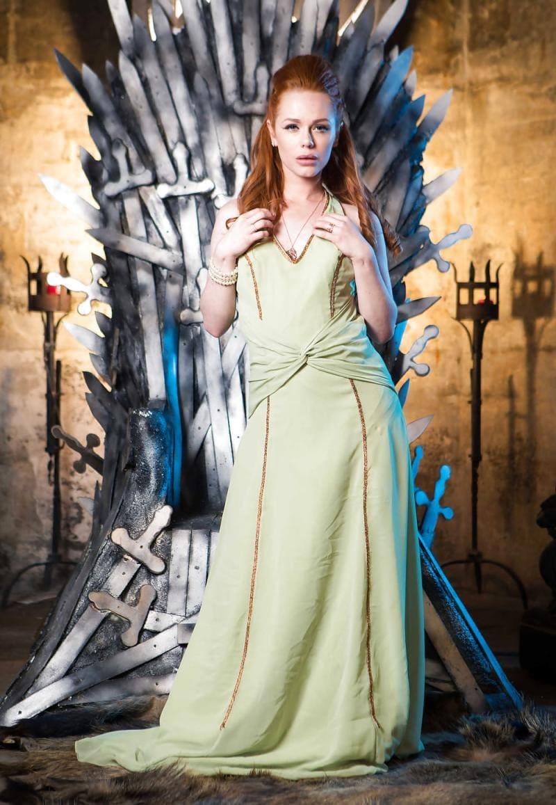 Элла Хьюз игра престолов в длинном платье стоит