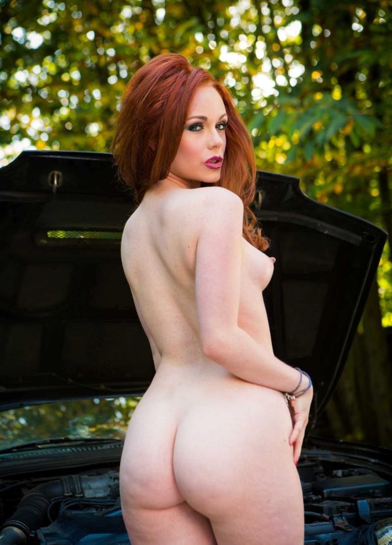 голая Элла Хьюз стоит в лесу возле багажника автомобиля, показывая свою красивую попу