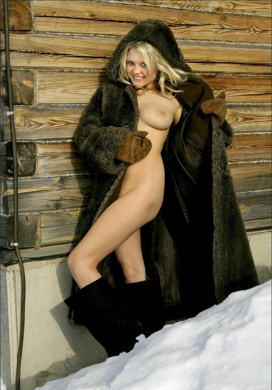 фото голых девушек шубах у деревянного дома русская блондинка распахнула полы своей длинной шубы, в валенках, в толстых вязаных варежках стоит улыбается