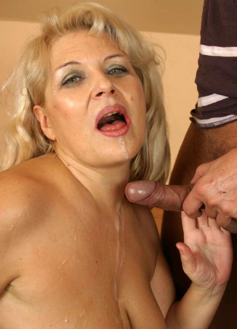 сперма на лице женщин красивой зрелой дамы блондинки с ярким макияжем и открытым ртом принимает подарочек от хуя