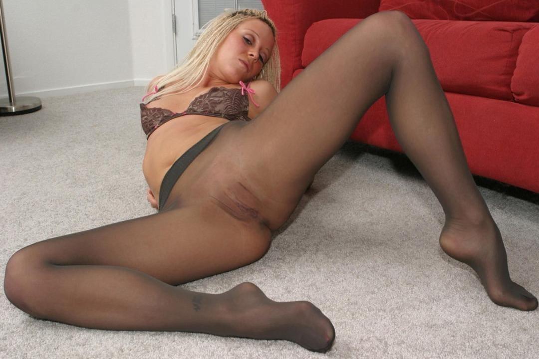 пизда в колготках блондинки на полу