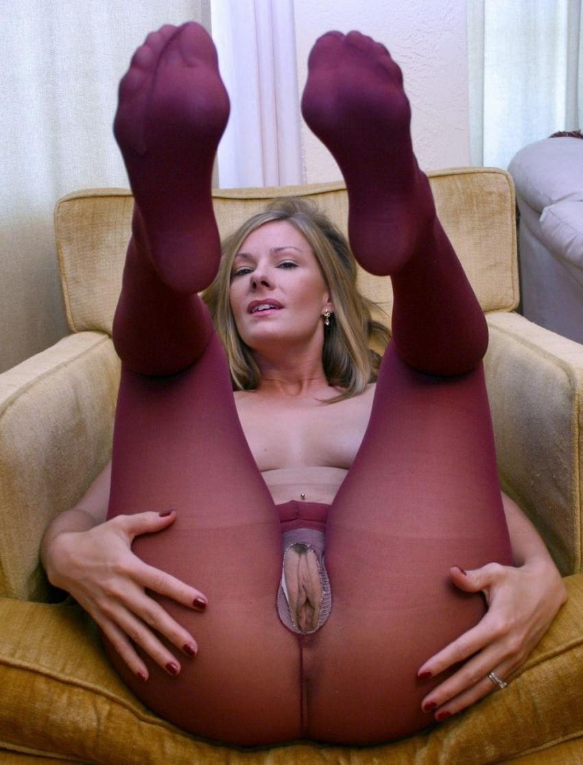 пизда в колготках бордового цвета с дырочкой посредине на блондинке в кресле лежит подняв вверх ноги