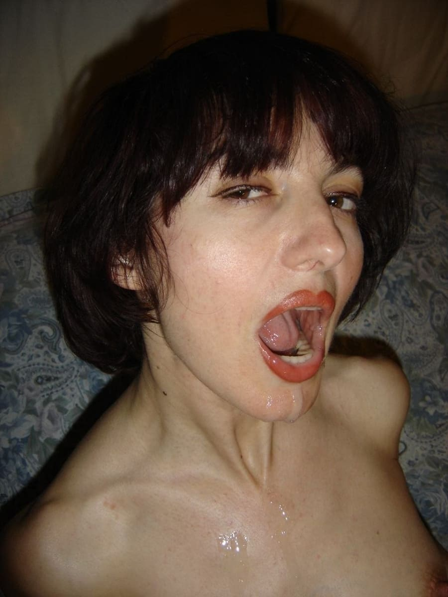сперма на лице женщины брюнетки с короткой стрижкой, рот открыт сперма стекает по подбородку на шею сиськи