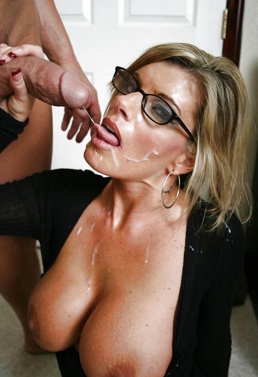 Красивой блондинке в очках кончают в рот и на лицо, сперма стекает на оголенные сиськи
