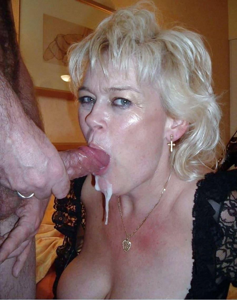 Кончил в рот зрелой блондинке с короткой стрижкой, она обхватила хуй губами белая сперма стекает по подбородку