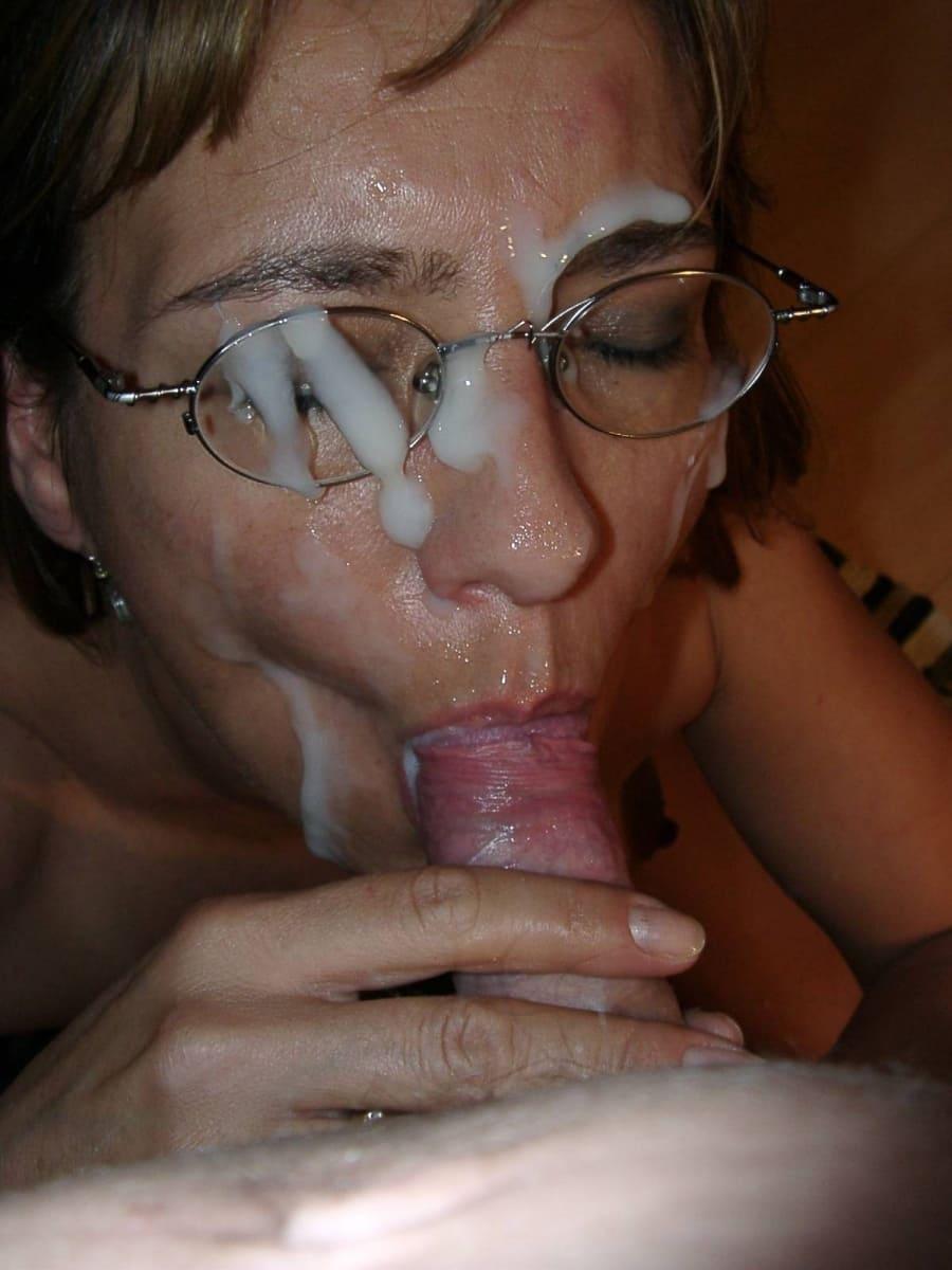 обкончал лицо спермой толстым слоем зрелой тетки в очках, сосущей хуй