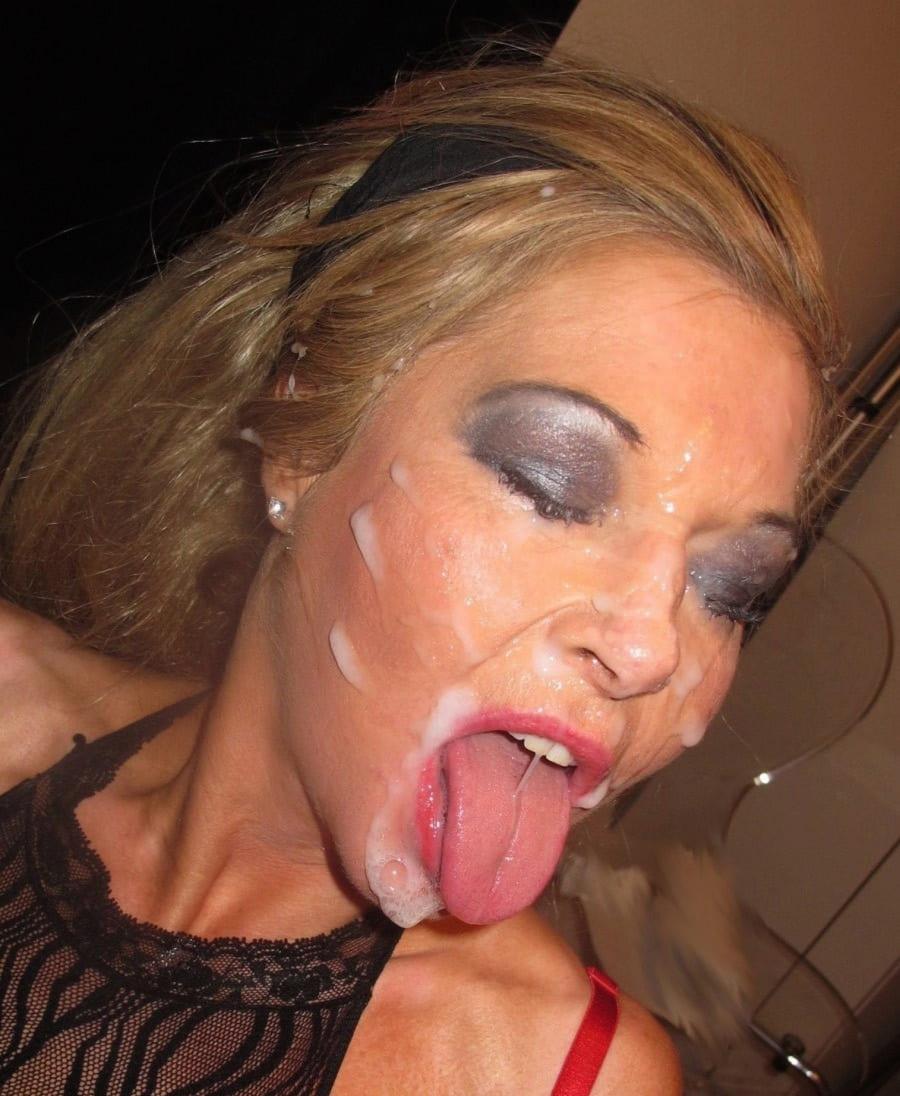 сперма в рот на лицо блондинка с закрытыми глазами с ярким макияжем высунула язык с которого стекает сперма