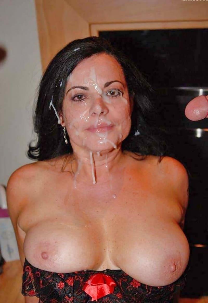 сперма на лице женщины брюнетки с голыми сиськами, много спермы