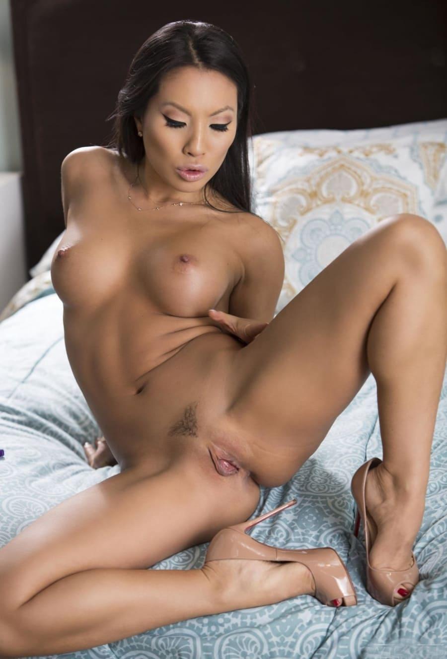 пизда азиатки зрелой сидит на кровати раздвинула ноги в туфлях на каблуке, интимная стрижка, длинные прямые волосы