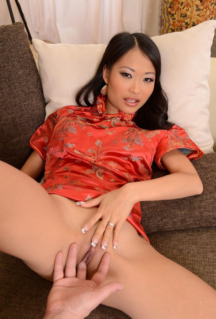 пизда азиатки красивой девушки с французским маникюром, ярким макияжем, лежит на диване в задранной яркой кофточке раздвинула ноги, мужская рука мастурбирует влагалище