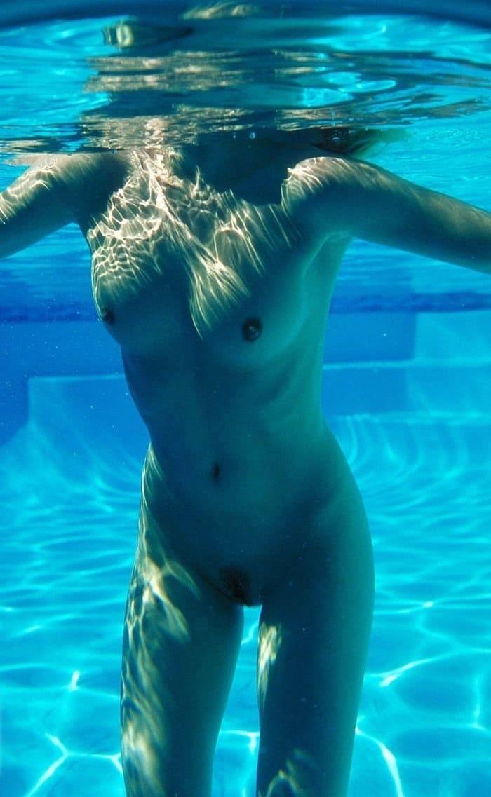 голая плавает в бассейне тело в воде фото без лица