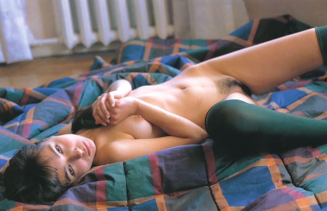 русская ретро эротика фото девушка шатенка голая лежит на кровати в темно зеленых гетрах немного раздвинула ноги волосатая писька